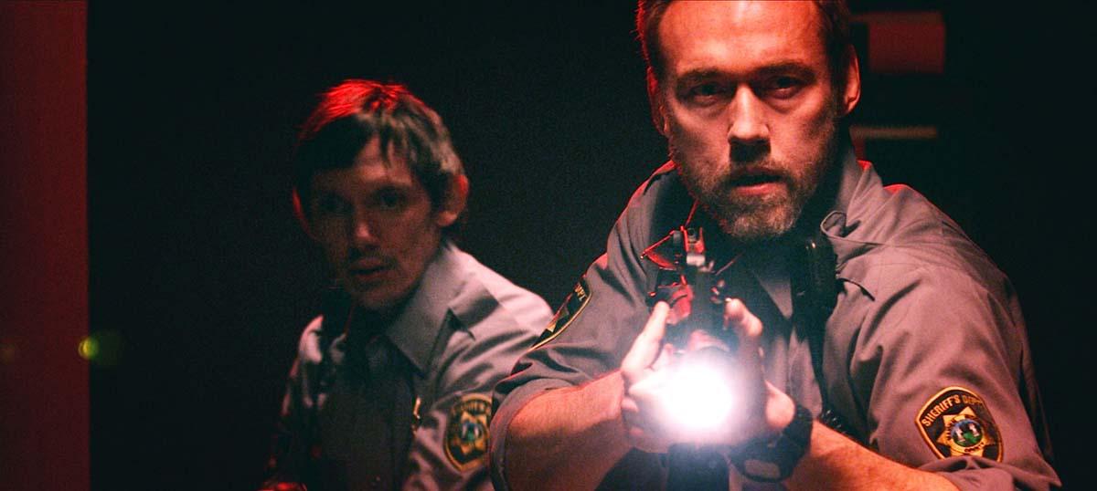 Sheriff Shields und sein Assi wollen dem Monster heimleuchten (Foto: Eurovideo)