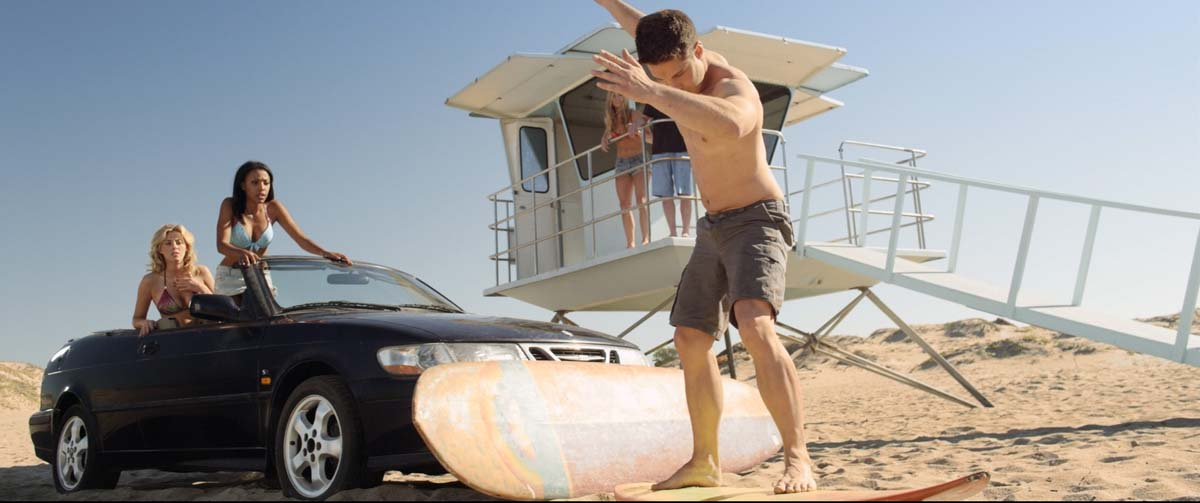 Trockenübung: Was aussieht wie eine Surfschule ist in Wahrheit der nackte Überlebenskampf (Foto: Tiberius Film)