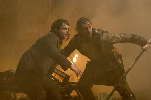 Victor und Igor stehen im Regen (Foto: 20th Century Fox)