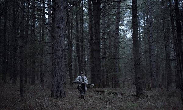 Auch Caleb versucht sein Glück im Wald (Foto: Universal Pictures)