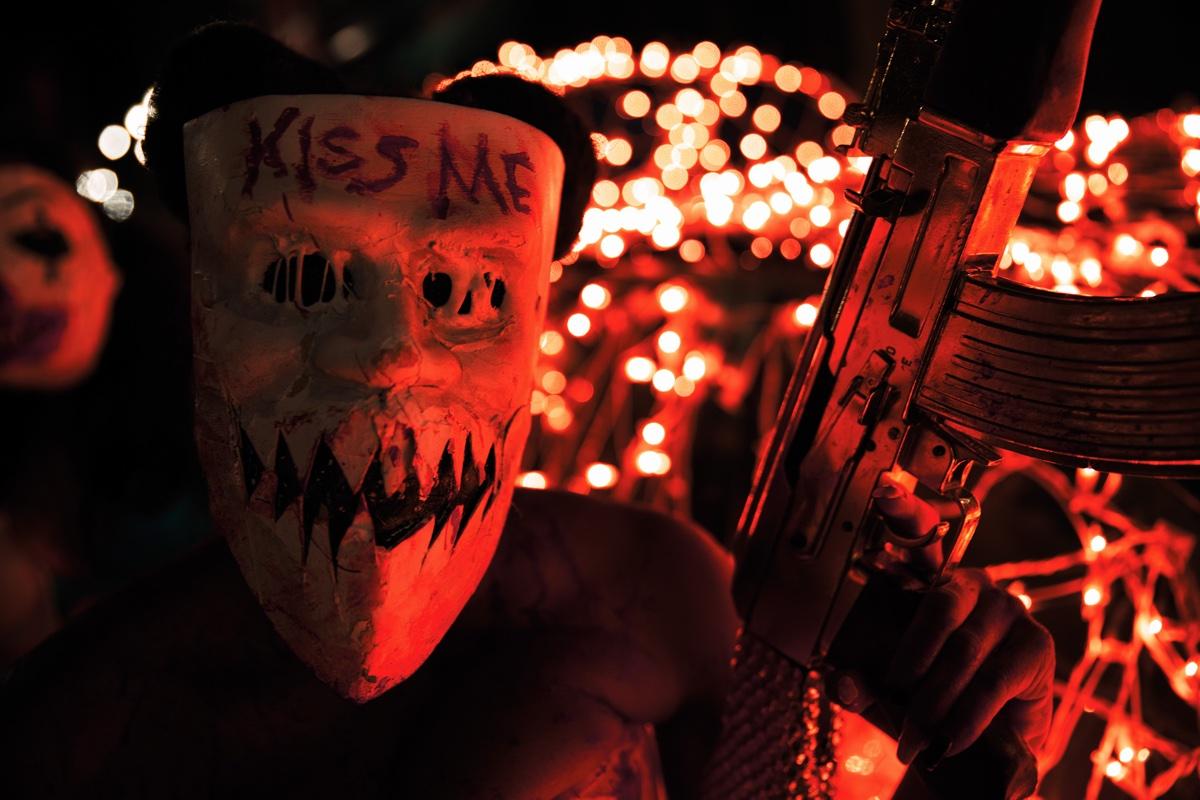 Küssen verboten, sonst gibt es ein paar Maschinengewehrsalven (Foto: Universal Pictures)