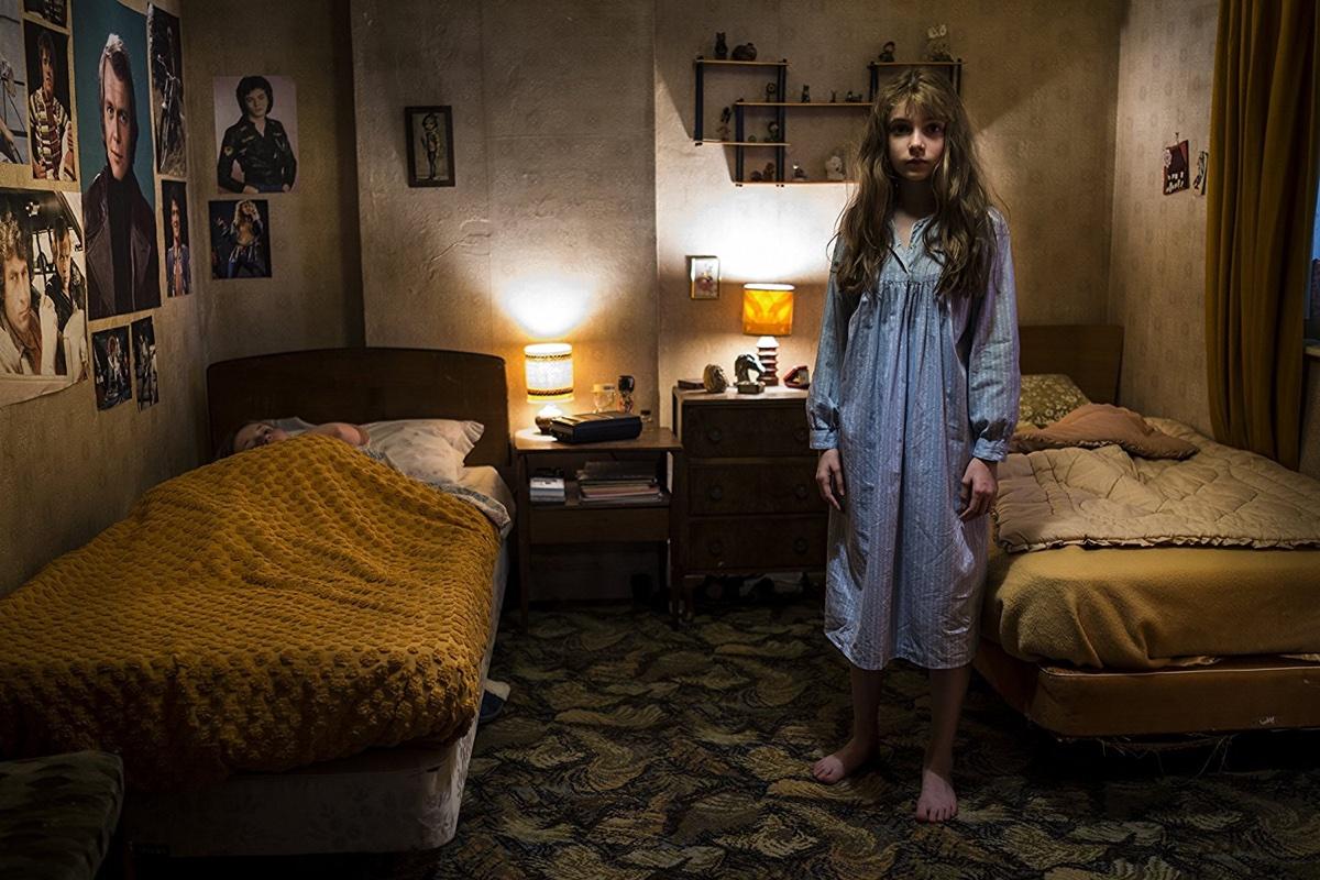 Bevor ich aus dem Bette falle, schlafe ich doch gleich auf dem Fußboden (Foto: justbridge entertainment)