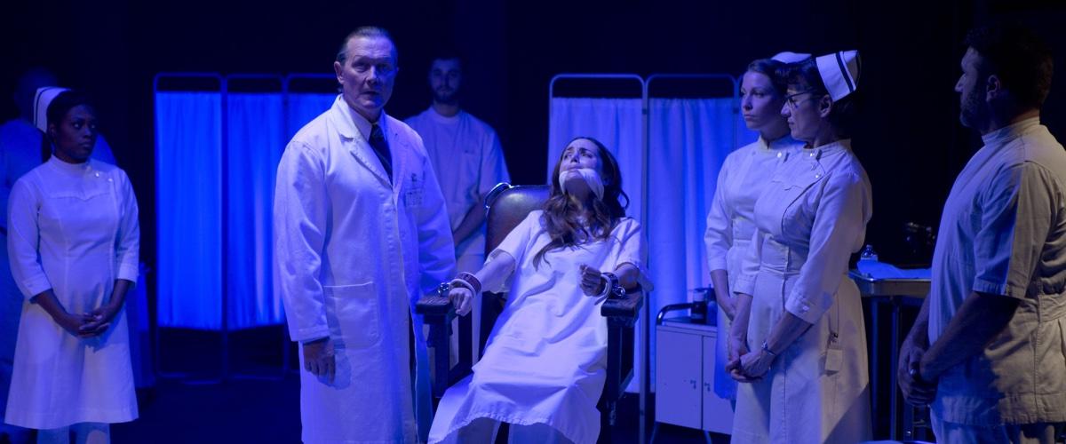 Dr. H. H. Greiss will Pia wieder gesund machen (Foto: Universum Film)