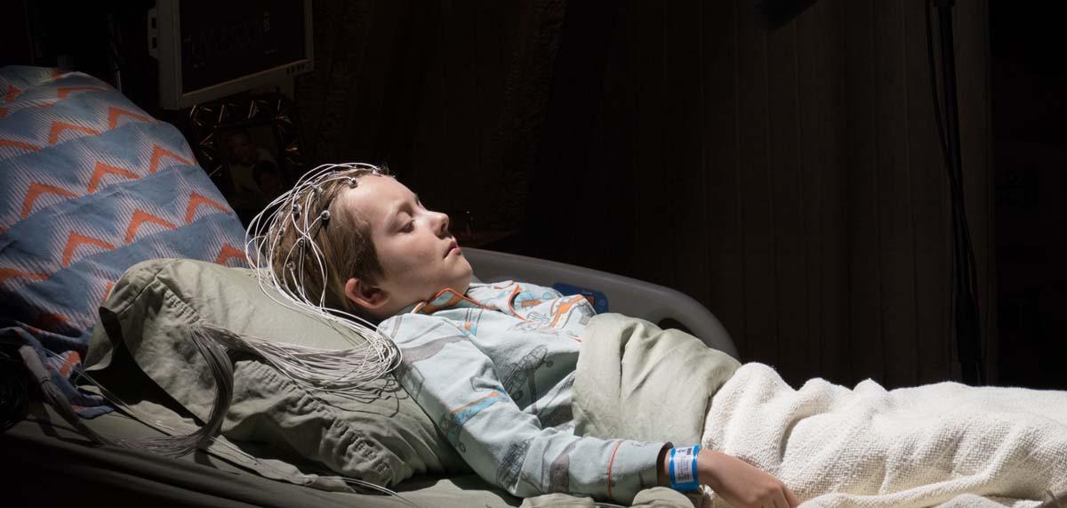 Verpasst den ganzen Film: Der kleine Louis liegt im Koma (Foto: Universum Film)