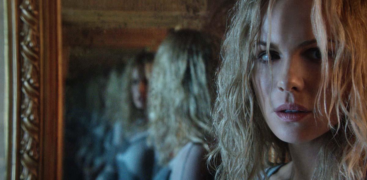 Sieht sich und sich und sich: Dana im Spiegel (Foto: Universum Film)