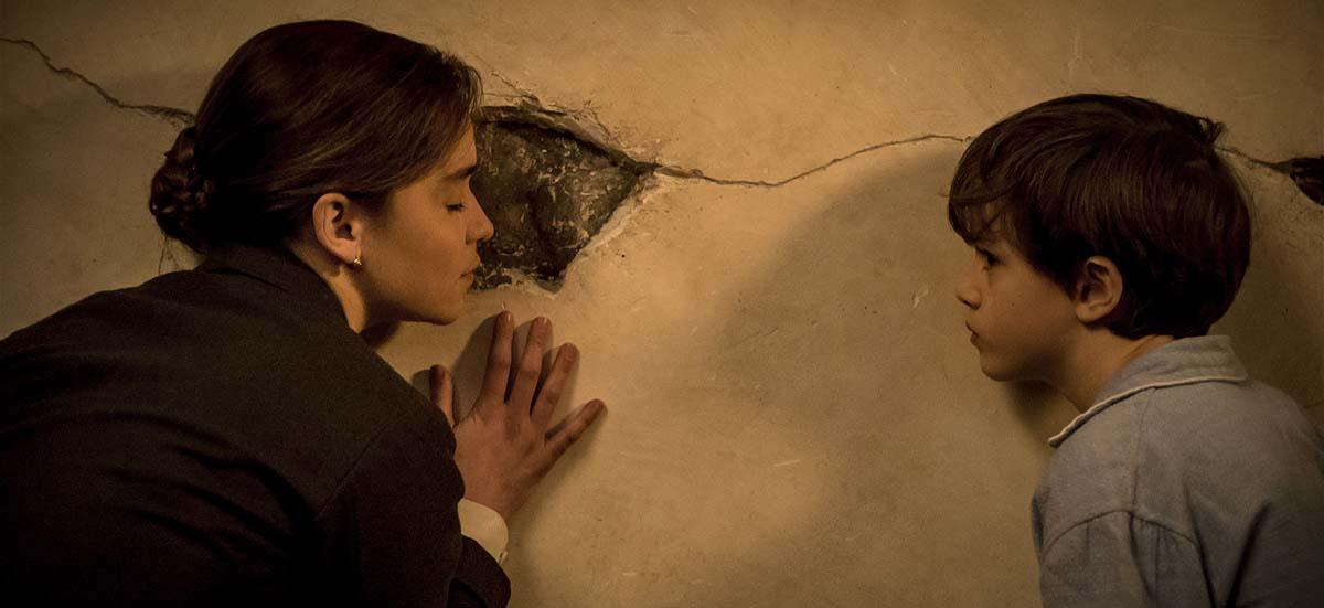 Bevor sie die Wand neu verputzt, wird Verena zunächst eins mit ihrem Projekt (Foto: Ascot Elite)