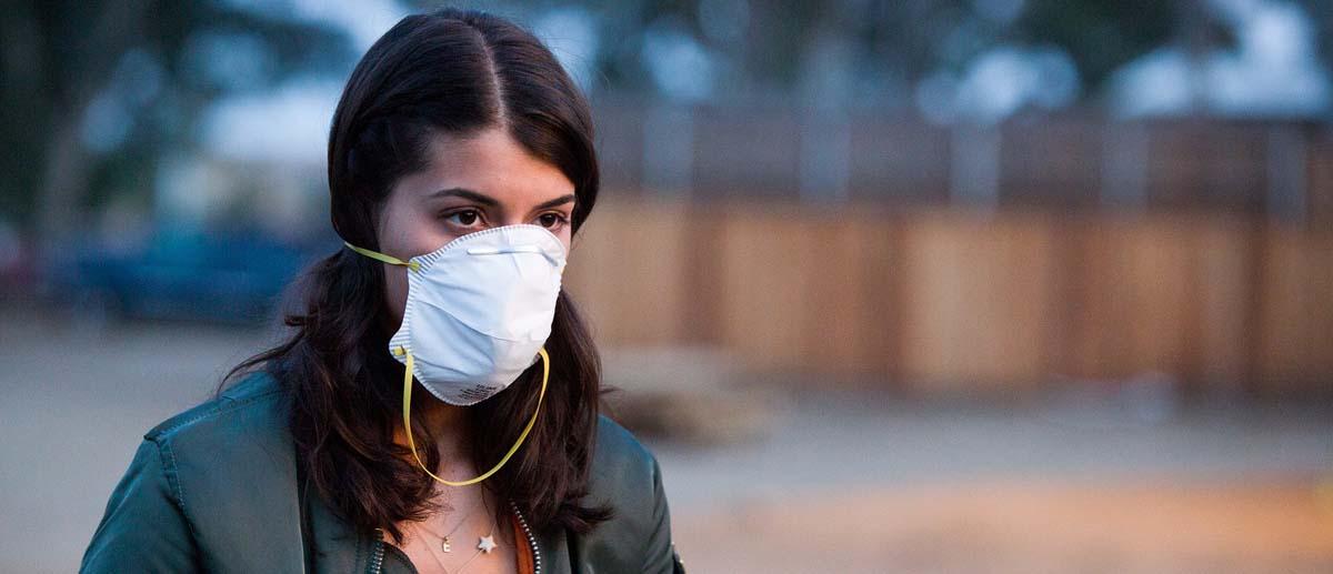 Mund und Nase zu und durch: Ob das wirklich hilft? (Foto: Capelight Pictures)
