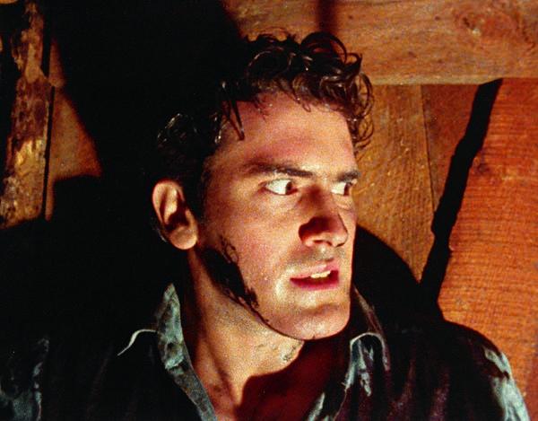 So viel Böses lässt den Schweiß ausbrechen: Ash muss sich wehren (Foto: Sony Pictures Home Entertainment)