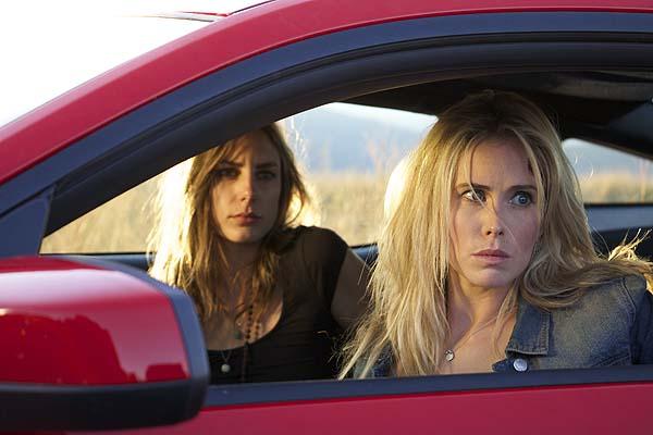 Leslie (li.) und Emily warten auf den Abschlepper (Foto: Tiberius Film)