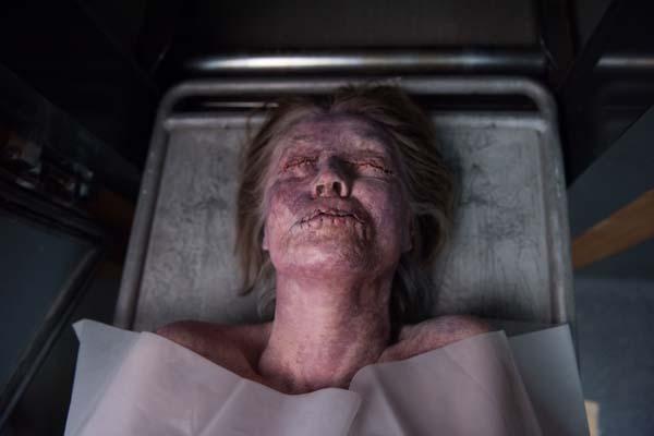 Sieht nichts und sagt nichts: Noch verhält sich die Leiche unauffällig (Foto: Universum Film)
