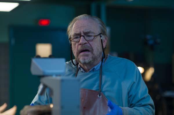 Verzweifelt an seinem Handwerk: Brian Cox als Pathologe Tommy (Foto: Universum Film)