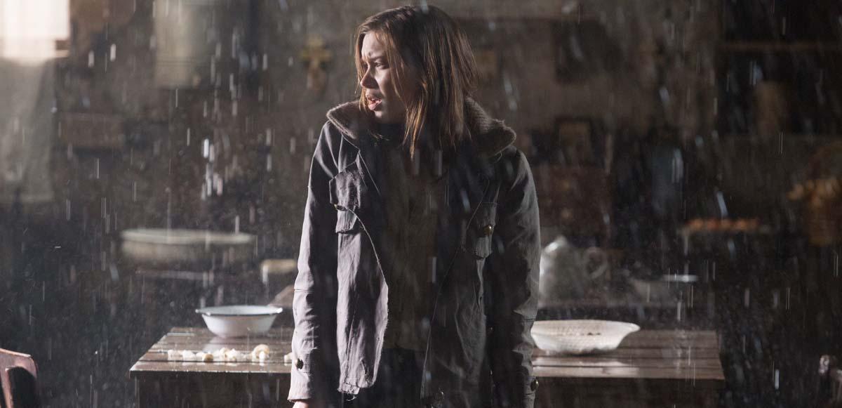 Steht im Regen: Die junge Reporterin Nicole (Foto: Tiberius Film)