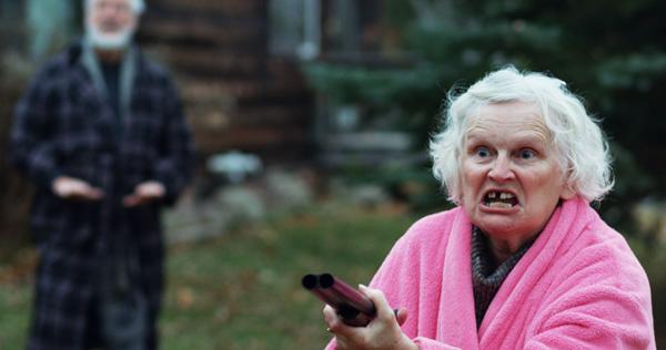 Manche Nachbarn sind gar nicht gut auf Vampire zu sprechen (Foto: OFDb Filmworks)