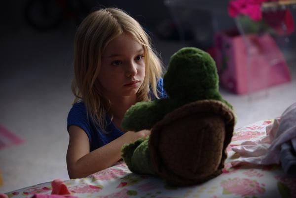 Nein, das ist nicht das Monster - nur die Kuscheltier-Schildkröte (Foto: Universal Pictures)