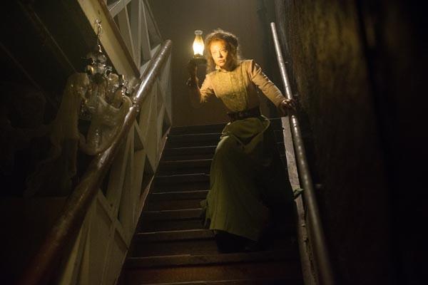 Will Licht ins Dunkel bringen: Sarah Snook als Winchester-Nichte Marian Marriott (Foto: Splendid Film)