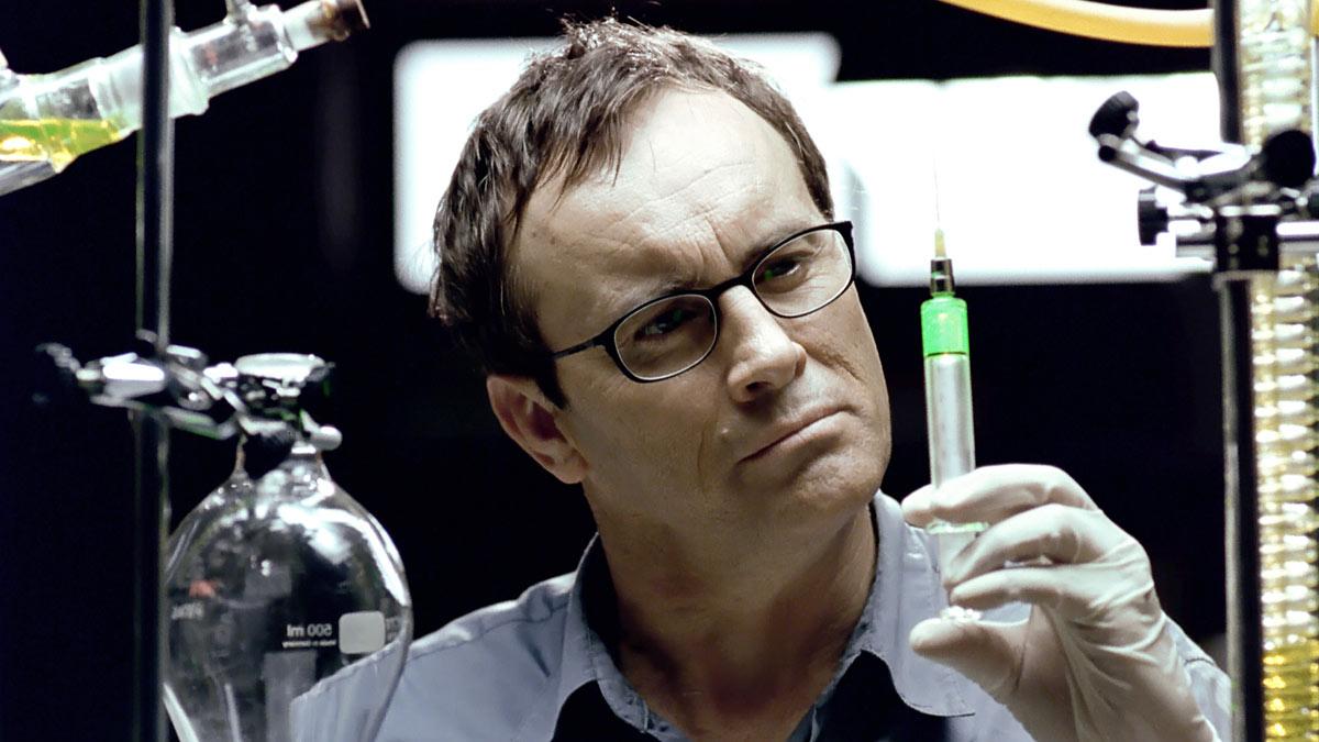Genie oder Irrer? Herbert West (Jeffrey Combs) mit seinem Grünzeug (Foto: Capelight Pictures)