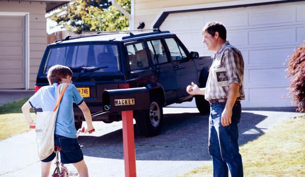 Teuflischer Nachbar? Polizist Wayne Mackey im Gespräch mit Davey (Foto: Pandastorm Pictures)