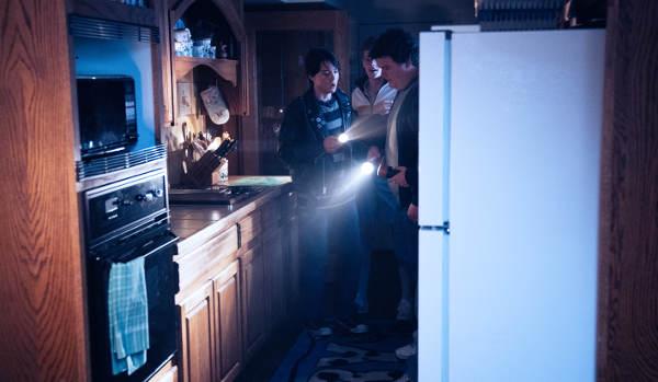Kurzer Küchen-Klön: Die Jungs besprechen die Lage (Foto: Pandastorm Pictures)