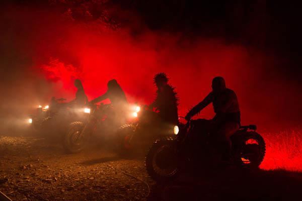 Hellraiser auf Rädern: Die Bikergang erinnert an eine gewisse Horrorreihe (Foto: Koch Media)