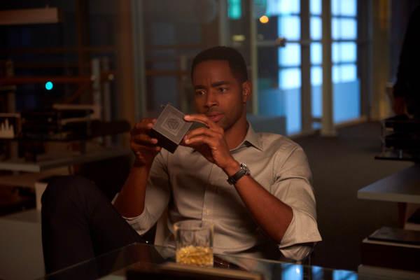 Finanzmensch Jason Cooney weiß nicht, was er mit diesem Würfel soll (Foto: Sony Pictures Entertainment)
