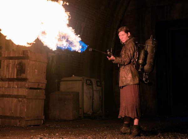 Viel Feuer hilft viel: Chloe (Mathilde Ollivier) heizt den Nazis ordentlich ein (Foto: Paramount Pictures)