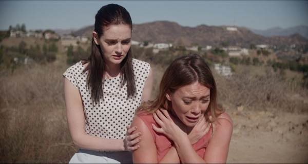 Abi versucht Sharon auf andere Gedanken zu bringen (Foto: Universum Film)