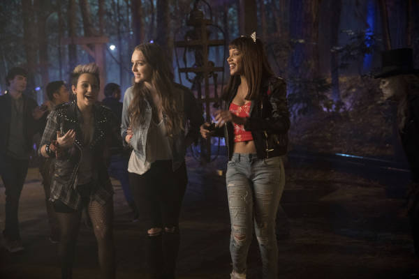 Noch ist die Stimmung gut: Natalie (Amy Forsyth), Taylor (Bex Taylor-Klaus) und Brooke (Reign Edwards) feiern ein bisschen (Foto: Universum Film)
