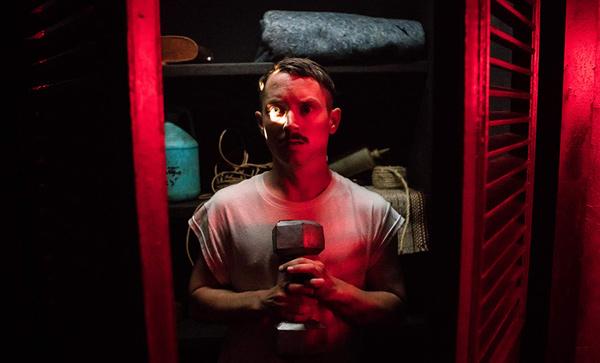 Verstecken im Kleiderschrank war noch nie eine gute Idee. (Foto: IMDb.com)