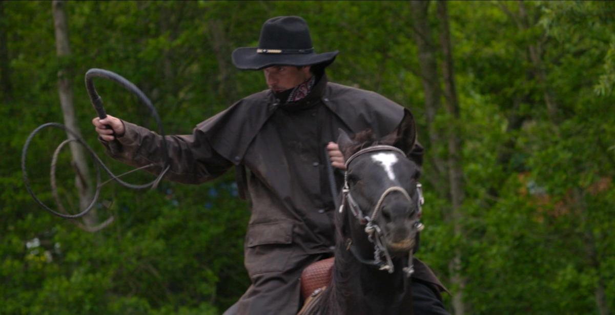 Hat wahrscheinlich nen Knall: Mann mit Peitsche im Anritt (Foto: Sony Pictures HE)