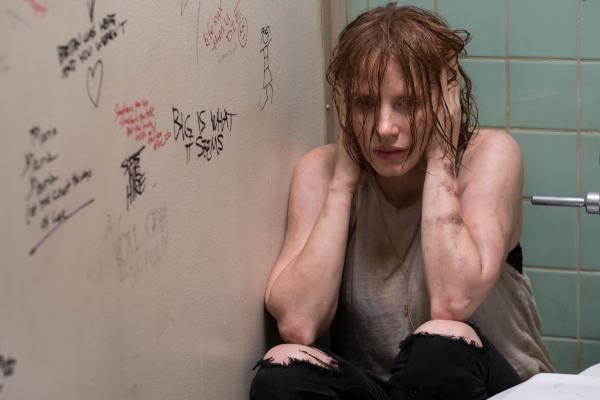 Bev landet in der alten Klo-Kabine, in der sie immer geraucht hat (Foto: Warner Bros. Home Entertainment)