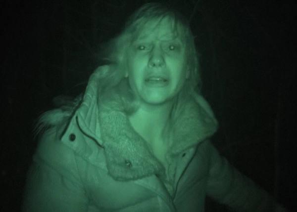 Jenny bekommt es im Dunkeln mit der Angst zu tun (Foto: Sony Pictures Home Entertainment)
