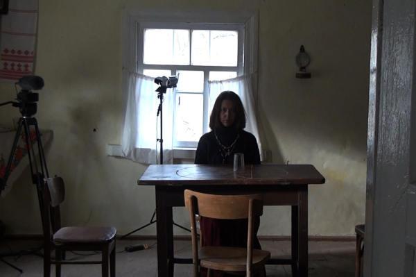 Und das Medium blicket stumm auf dem ganzen Tisch herum (Foto: Sony Pictures Home Entertainment)