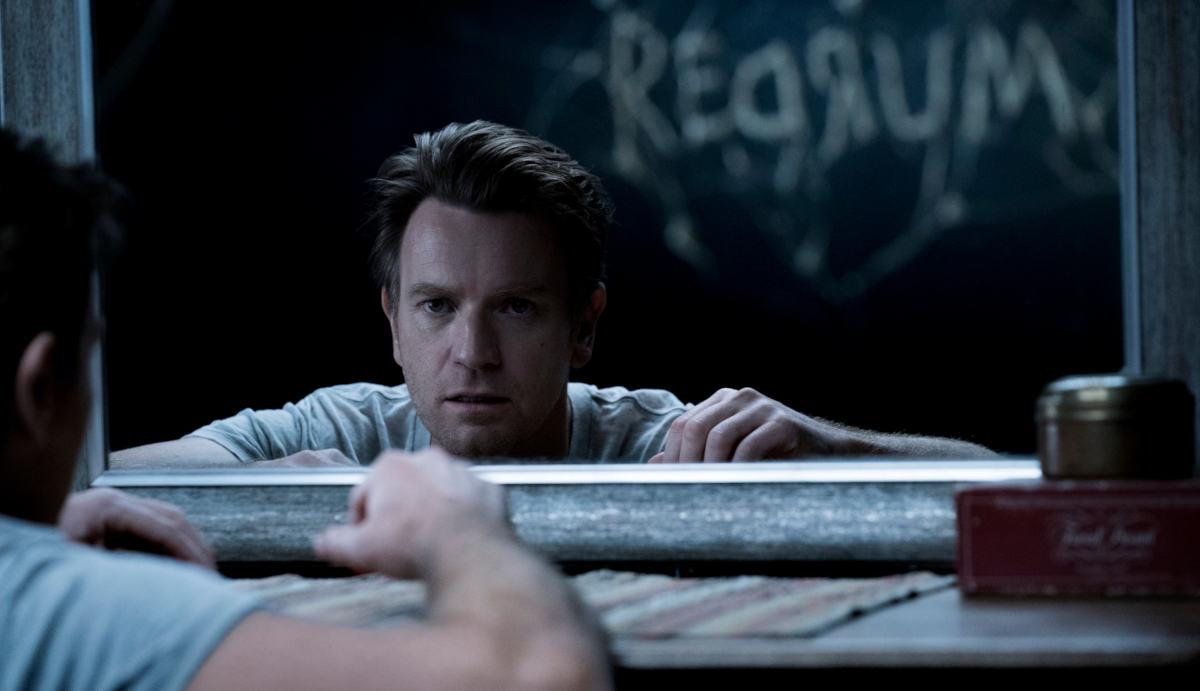 Den Schriftzug kennen wir doch: Der erwachsene Danny (Ewan McGregor) wird noch immer von den Geistern der Vergangenheit verfolgt (Foto: Warner Bros. HE)