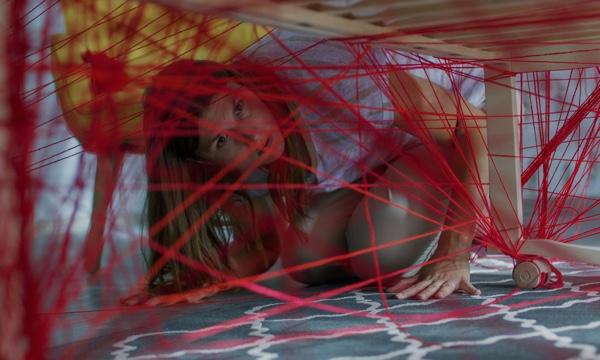 Der rote Faden für das Drehbuch versteckt sich unterm Babybett. (Foto: Capelight Pictures)